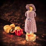 Figura de madeira do Natal com vela e presentes Imagens de Stock