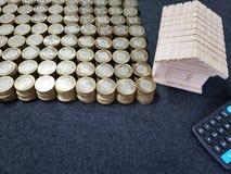 figura de madeira de uma casa, de uma calculadora e de umas moedas de dez pesos mexicanos imagens de stock royalty free