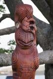 Figura de madera de talla maorí del estilo de Tupu un Rangi en detalles Imágenes de archivo libres de regalías