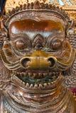 Figura de madera en el templo antiguo de Wat Phra Kaew en Tailandia Bangkok Foto de archivo