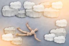 Figura de madera mosca sobre el cielo con concepto de la libertad del papel de la nube Fotos de archivo