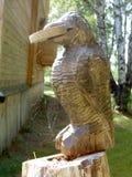 Figura de madera tallada de un cuervo Fotos de archivo