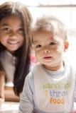Figura de 6 meses bonitos do irmão e de 6 anos de irmã Foto de Stock