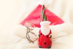 Figura de Papá Noel en la textura blanca con la luz de la mañana imágenes de archivo libres de regalías