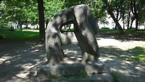 Figura de pedra com dois furos diretos video estoque