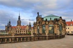 Figura de pedra do close up e Residenzschloss (câmara municipal) na parte traseira Imagens de Stock