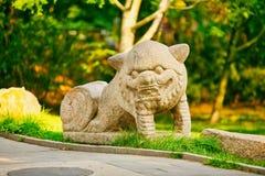 Figura de piedra de un león chino Pekín fotos de archivo