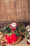 Figura de Santa Claus en cesta en fondo de madera Decoración de la Navidad Año Nuevo Imágenes de archivo libres de regalías