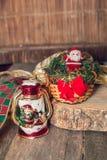 Figura de Santa Claus y lámpara del muñeco de nieve en fondo de madera Decoración de la Navidad Año Nuevo Foto de archivo