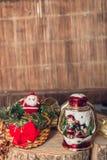 Figura de Santa Claus y lámpara del muñeco de nieve en fondo de madera Decoración de la Navidad Año Nuevo Fotos de archivo libres de regalías