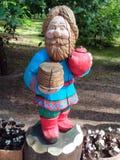 A figura de um ancião feito da madeira fotos de stock