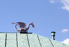 A figura de um dragão no telhado Fotos de Stock