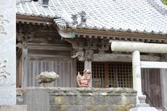 Figura de um leão na fachada de um santuário japonês foto de stock