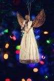 Figura de un ángel que adorna en el árbol de navidad con el colorf agradable Imagen de archivo libre de regalías