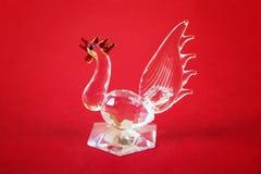 Figura de un gallo de cristal un símbolo de 2017 Imagen de archivo libre de regalías