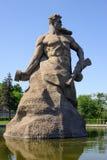 Figura de un soldado por la roca - símbolo de combatientes y del defende Fotografía de archivo libre de regalías