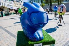 Figura del arte del conejito de pascua en azul en la imagen de un buceador con la máscara del salto en cara Arte hermoso Kyiv Kie Imagen de archivo