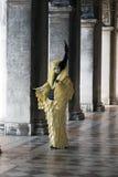 Figura del carnaval de Venecia en un traje y una máscara coloridos Venecia Italia Europa Imágenes de archivo libres de regalías