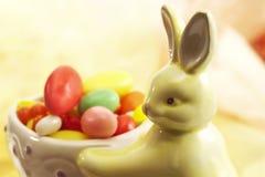 Figura del conejito de pascua con los huevos de Pascua del azúcar Fotos de archivo libres de regalías