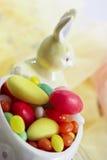 Figura del conejito de pascua con los huevos de Pascua del azúcar Fotografía de archivo