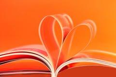 Figura del cuore creata da un libro Immagine Stock