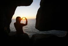 Figura del cuore fatta con le mani della ragazza Immagine Stock Libera da Diritti