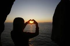 Figura del cuore fatta con le mani della ragazza Fotografie Stock Libere da Diritti