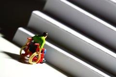 Figura A del hombre de las escaleras del acceso de la silla de ruedas Imagen de archivo libre de regalías