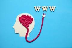 Figura del hombre y de Internet WWW Acceso rápido al conocimiento y a la información imagenes de archivo