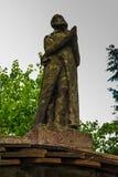 Figura del monje de rogación en la puerta que lleva al cementerio, Foto de archivo