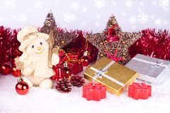 Figura del muñeco de nieve en nieve Imagen de archivo libre de regalías
