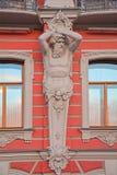 Figura del palazzo degli atlanti di principi Beloselsky - Belozersky in San Pietroburgo, Russia Fotografie Stock Libere da Diritti