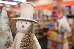 Figura del pupazzo di neve nell'albero di Natale della tenuta del cappello Fotografia Stock Libera da Diritti