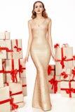 Figura delgada fina capa elegante de moda del maquillaje de la tarde, colección de la ropa, morenita, cajas de la mujer atractiva Fotografía de archivo libre de regalías