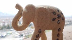 Figura dell'elefante bianco con le pietre preziose grige immagini stock