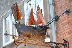 Figura della barca a vela sotto la locanda in vecchia città di Danzica, Polonia Fotografie Stock