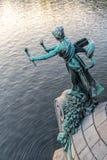 Figura della donna del portatore della torcia - decorazione bronzea di Svatopluk Cech Bridge sopra il fiume della Moldava a Praga immagine stock