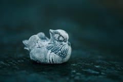 Figura della pietra dell'anatra di mandarino Figura fatta della pietra di bianco di Inkerman Fotografie Stock