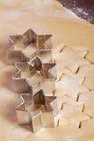 Figura della stella della pasta dei biscotti di taglio Fotografia Stock Libera da Diritti