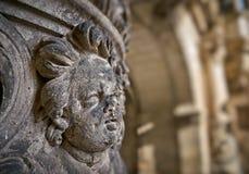 Figura di angelo ad una facciata storica della casa Immagini Stock