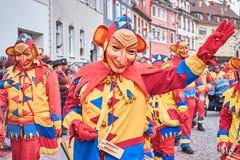 Figura di carnevale con le grandi orecchie e muso lungo in abito giallo e rosso Carnevale della via in Germania del sud - foresta fotografia stock