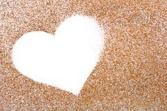 Figura di carta dorata del cuore per il giorno dei biglietti di S. Valentino Fotografie Stock
