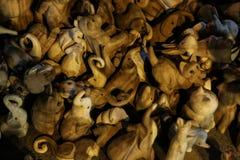 Figura di legno animale del giocattolo insieme del mammifero dello zoo piccolo ricordo sveglio marrone fotografia stock libera da diritti