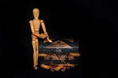 Figura di legno con il salvadanaio Fotografia Stock Libera da Diritti