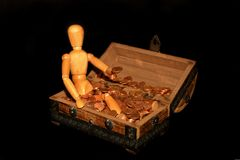 Figura di legno con il salvadanaio Fotografie Stock Libere da Diritti