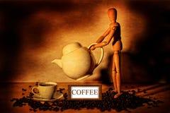 Figura di legno con il vaso e la tazza di caffè Immagini Stock Libere da Diritti