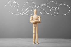 Figura di legno dell'uomo d'affari con i pensieri circa l'affare immagini stock libere da diritti
