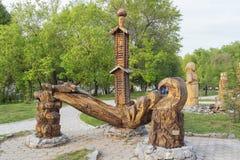 Figura di legno - fonte della composizione nel parco di Severniy Immagine Stock