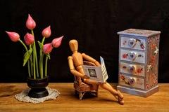 Figura di legno giornale della lettura in salone Immagini Stock Libere da Diritti