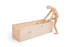 Figura di legno manichino che fa un passo in una scatola di legno Fotografia Stock Libera da Diritti